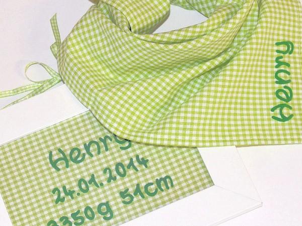 Geschenk zur Geburt bestehend aus Türschild und Karotuch grün